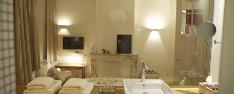 Gastenkamer in Brussel, ensuite badkamer, airco en lift